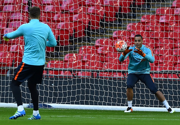 Netherlands' goalkeeper Michel Vorm (R) takes part in a training session at Wembley Stadium, in west London, on March 28, 2016, ahead of their international friendly football match against England on March 29. / AFP / Ben STANSALL (Photo credit should read BEN STANSALL/AFP/Getty Images)