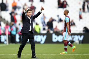 Watford's Italian head coach Walter Mazzarri applauds the fans folowing the English Premier League football match between West Ham United and Watford at The London Stadium, in east London on September 10, 2016. Watford won the match 4-2. / AFP / JUSTIN TALLIS / RESTRICTED TO EDITORIAL USE. No use with unauthorized audio, video, data, fixture lists, club/league logos or 'live' services. Online in-match use limited to 75 images, no video emulation. No use in betting, games or single club/league/player publications.  /         (Photo credit should read JUSTIN TALLIS/AFP/Getty Images)