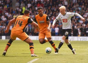 DERBY, UNITED KINGDOM - MAY 14:  Will Hughes of Derby County is faced by Jake Livermore (14) and Tom Huddlestone of Hull City (8) during the Sky Bet Championship Play Off semi final first leg match between Derby County and Hull City at the iPro Stadium on May 14, 2016 in Derby, England.  (Photo by Michael Regan/Getty Images)