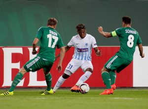 Christopher Dibon (L) and Stefan Schwab (R) of Rapid vie for the ball with Leon Bailey of Genk during the UEFA Europa League Group F football match Rapid Vienna v Genk in Vienna, Austria on September 15, 2016. / AFP / DANIEL MIHAILESCU        (Photo credit should read DANIEL MIHAILESCU/AFP/Getty Images)