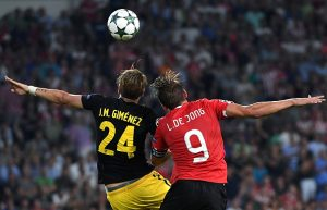 Atletico Madrid's Uruguayan defender Jose Maria Gimenez (L) vies with PSV Eindhoven's forward  Luuk De Jong during the UEFA Champions League football match between PSV Eindhoven and Atletico Madrid at Philips Stadium on September 13, 2016, in Eindhoven, The Netherlands. / AFP / EMMANUEL DUNAND        (Photo credit should read EMMANUEL DUNAND/AFP/Getty Images)
