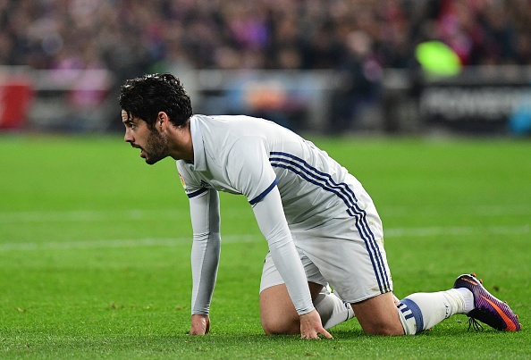 Real Madrid's midfielder Isco kneels on the pitch during the Spanish league football match Club Atletico de Madrid vs Real Madrid CF at the Vicente Calderon stadium in Madrid, on November 19, 2016. / AFP / PIERRE-PHILIPPE MARCOU        (Photo credit should read PIERRE-PHILIPPE MARCOU/AFP/Getty Images)